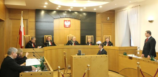 Rozprawa przed Trybunałem Konstytucyjnym, dotycząca uzyskania prawa do emerytury bez rozwiązania stosunku pracy.