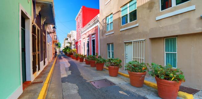 Władze w San Juan od 4 dekad zapożyczały kraj, utrzymując stały deficyt budżetowy.