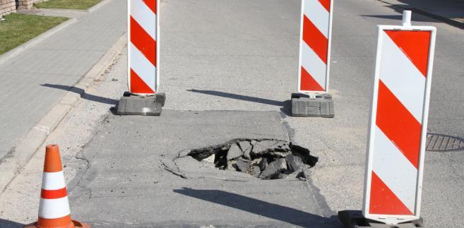 Sam wypadek wynikał z tego, iż zarządca drogi nie dopełnił obowiązku usunięcia dziury.