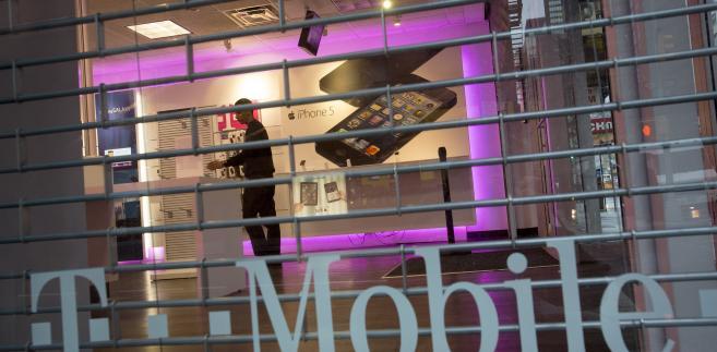 """UOKiK uznał, że działania spółki mogły naruszać zbiorowe interesy konsumentów. """"T-Mobile uniknął kary finansowej, ponieważ zaprzestał emisji kwestionowanych przez prezesa UOKiK reklam i zobowiązał się do wyeliminowania skutków swoich praktyk"""" - przekazał Urząd."""