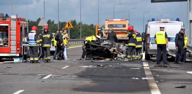 Wysoka Gryfińska (woj. zachodniopomorskie), 16.08.2014. Trzy osoby zginęły, a jedna została ciężko ranna w wypadku na drodze S3 w okolicy Wysokiej Gryfińskiej. PAP/Marcin Bielecki