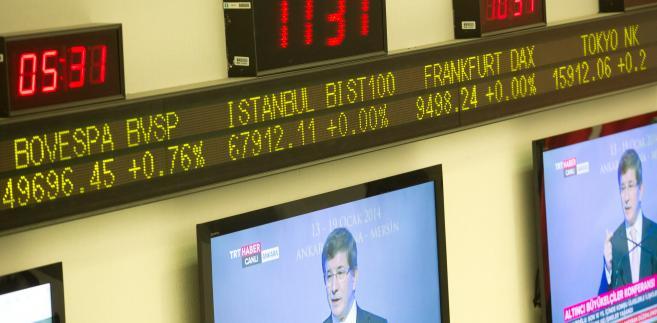Tymczasem na giełdach w Europie akcje Rio Tinto Group i BHP Billiton Ltd. spadają po ponad 2 procent w reakcji na taniejące surowce na giełdach metali i paliw.