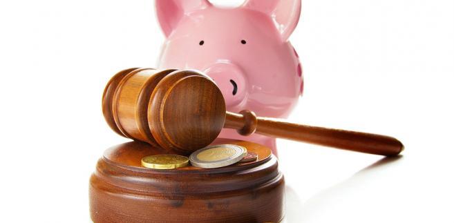sąd młotek oszczędności pieniądze
