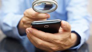Gdy podłączamy telefon do publicznej stacji ładowania (np. na lotnisku, w kawiarni, galerii handlowej itp.), raczej nie zastanawiamy się, czy ma to wpływ na bezpieczeństwo naszego urządzenia i przechowywanych w nim danych?