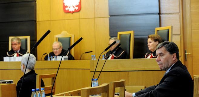 Uczestnik postępowania, poseł PiS Wojciech Szarama na sali rozpraw.