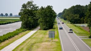 """Przypomniał, że w latach 2009-2015 na budowę i remonty dróg samorządowych planowano wydać 5,4 mld zł, z czego realnie na te cele przeznaczono 5,2 mld zł. """"W latach 2016-2019 planowana kwota to bez mała 9 mld zł"""" - zaznaczył Adamczyk."""
