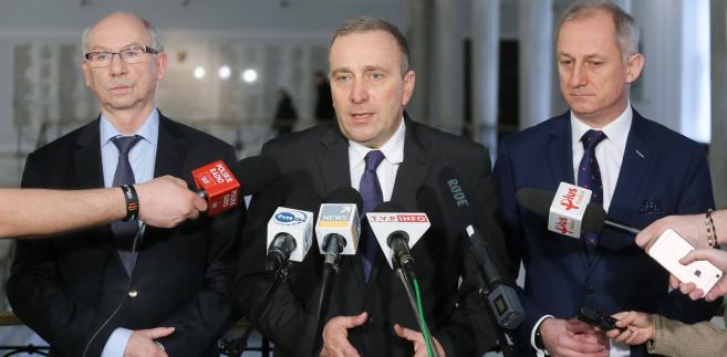 Przewodniczący PO Grzegorz Schetyna (C), przewodniczący KP PO Sławomir Neumann (P) i europoseł Janusz Lewandowski (L),
