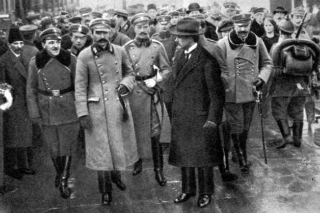 W porządkującym sprawy ustrojowe dekrecie z 22 listopada 1918 r. konsekwentnie była mowa o Republice Polskiej. W tzw. małej konstytucji z 1919 r. pojęcie to zastąpiły terminy: ojczyzna, państwo i Państwo Polskie