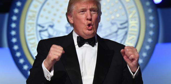 """Trump, który rozpoczął urzędowanie 20 stycznia, nazwał dekret """"wielką sprawą dla amerykańskiego robotnika""""."""