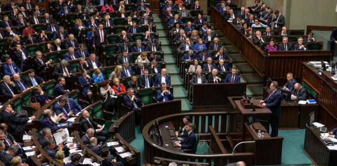 Za wnioskiem o odrzucenie było 184 posłów, przeciw 238, 9 wstrzymało się od głosu.