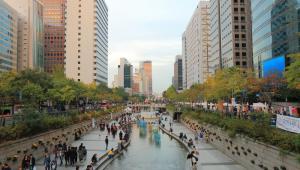 Cheonggyecheon, czyli strumień przekształcony w miejski park w Seulu.