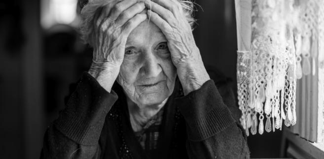 smutna starsza pani