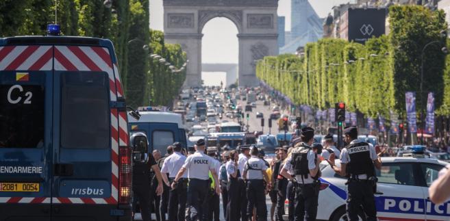 We Francji obowiązuje stan wyjątkowy wprowadzony po zamachach terrorystycznych z listopada 2015 roku w Paryżu