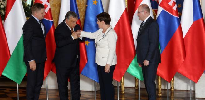 Premier Beata Szydło w poniedziałek na Zamku Królewskim w Warszawie przekazała przewodnictwo w Grupie Wyszehradzkiej premierowi Węgier Viktorowi Orbanowi