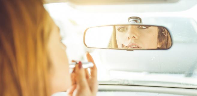 Poprawianie makijażu podczas jazdy może się skończyć stłuczką