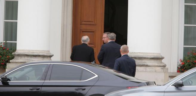 Jarosław Kaczyński i Krzysztof Szczerski przed Belwederem