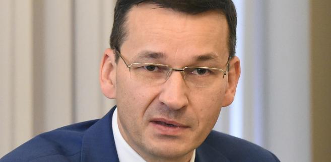 """Morawiecki dodał, że znacznie trudniej będzie odwrócić inne błędy poprzednich dwudziestu kilku lat, w wyniku których Polska np. wyprzedała wiele swoich przedsiębiorstw i dziś, jak zacytował jednego z analityków Bloomberga, jest """"krajem posiadanym przez kogoś innego"""""""