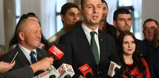 """Lider PSL podczas konferencji prasowej w Zgierzu (Łódzkie) zaapelował, by trwający od 2 października i rozlewający się na cały kraj protest lekarzy rezydentów, jak najszybciej został zakończony. """"To rząd jest za to odpowiedzialny i musi podjąć wszelkie działania, by rozwiązać ten konflikt"""" – podkreślił Kosiniak-Kamysz."""