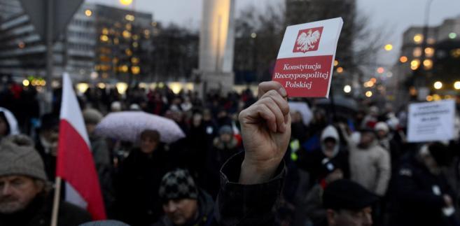 Protest przed gmachem parlamentu podczas orędzia prezydenta Dudy
