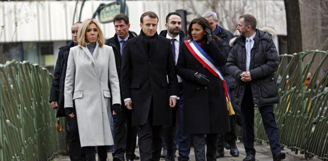 """Wraz z m.in. mer Paryża Anne Hidalgo, redaktorem naczelnym """"Charlie Hebdo"""" Laurentem Sourisseau, wieloma przedstawicielami rządu i pierwszą damą Brigitte Macron, prezydent złożył wieńce przed dawną siedzibą redakcji tygodnika i sklepem z koszerną żywnością, gdzie doszło do ataku dwa dni po zamachu na """"Charlie Hebdo"""""""