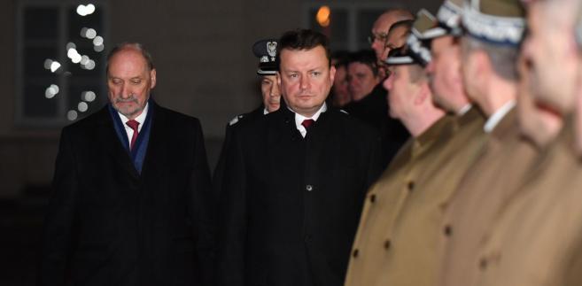 """Mucha tłumaczył, że """"po objęciu urzędu (szefa MON - PAP) trzeba dać chwilę panu ministrowi Mariuszowi Błaszczakowi, żeby dokonał tutaj odpowiedniej oceny"""""""
