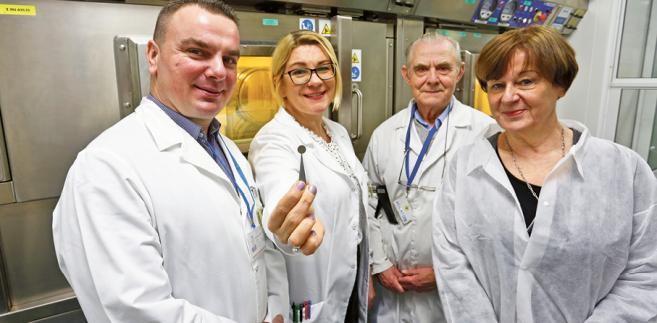 Tomasz Janiak, dr Izabela Cieszykowska, Tadeusz Barcikowski i prof. Renata Mikołajczak z NCBJ