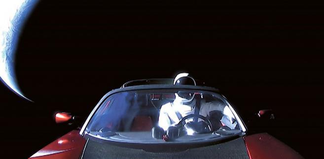 Tesla roadster wyniesiona w kosmos przez rakietę Falcon Heavy. Oba pojazdy wyprodukowały firmy Elona Muska