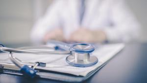 Nowa ustawa ma także umożliwić pielęgniarkom i położnym wystawianie recept nie tylko po osobistym badaniu pacjenta, ale również po badaniu za pośrednictwem systemów teleinformatycznych lub systemów łączności.