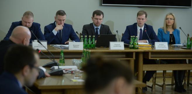Były zastępca dyrektora Delegatury Agencji Bezpieczeństwa Wewnętrznego w Gdańsku Jarosław Dąbrowski (2L) podczas posiedzenia sejmowej komisji śledczej ds. Amber Gold.