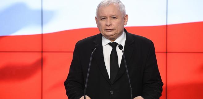 """Dodatkowo - jak dodał Kaczyński - mają zostać """"wprowadzone nowe limity obniżające"""" dla wójtów, burmistrzów, prezydentów, marszałków i starostów, a także dla ich zastępców."""