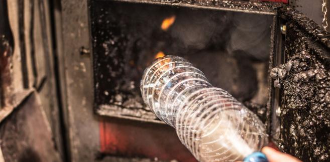 Rozporządzenie nie będzie stosowane do kotłów: przeznaczonych do ogrzewania i rozprowadzania gazowych nośników ciepła, takich jak para wodna lub powietrze; kogeneracyjnych na paliwo stałe o znamionowej mocy elektrycznej nie mniejszej niż 50 kW; o znamionowej mocy cieplnej większej niż 100 kW z ręcznym zasilaniem balotami słomy.