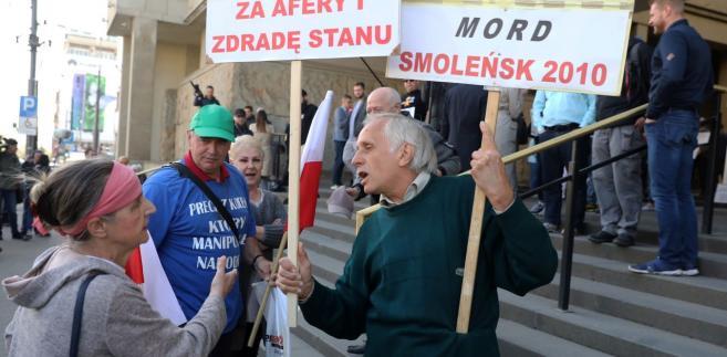 Sympatycy i przeciwnicy Donalda Tuska dyskutują przed sądem okręgowym w Warszawie