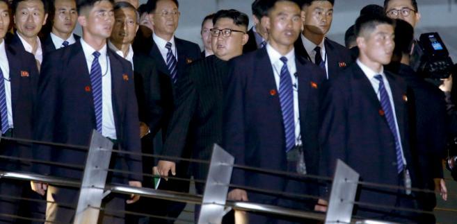 Za rządów Kim Dzong Una przeprowadzone zostały jeszcze trzy testy z bronią atomową – dwa w 2016 r. i jeden w 2017 r., a więc już za prezydentury Trumpa, oraz kilka testów rakiet balistycznych. Wskazują one, że Korea Płn. najprawdopodobniej faktycznie ma już i broń atomową, i środki do jej przenoszenia.