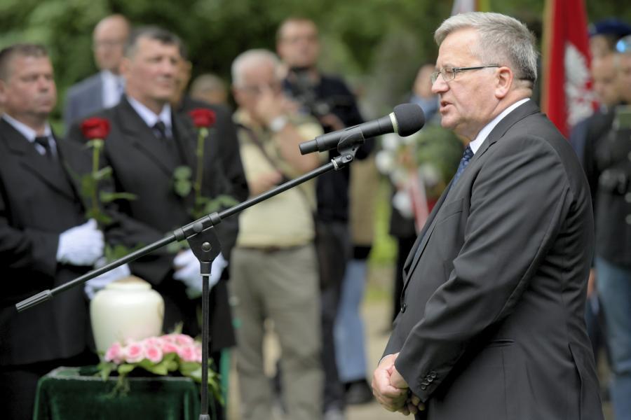 Były prezydent Bronisław Komorowski przemawia podczas uroczystości pogrzebowych Olgi Krzyżanowskiej na Cmentarzu Srebrzysko w Gdańsku.