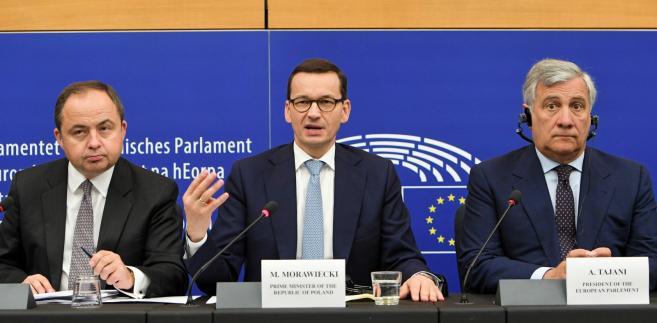 Premier Mateusz Morawiecki, wiceminister spraw zagranicznych Konrad Szymański i przewodniczący Parlamentu Europejskiego Antonio Tajani