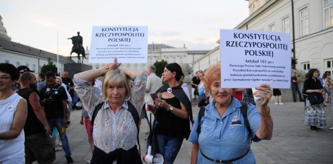 """Poseł PO Rafał Trzaskowski zgodził się z wicemarszałek Dolniak, oceniając, że emocje wśród protestujących są """"uzasadnione"""". """"To jest usprawiedliwione, dlatego że jest łamana konstytucja i to w sposób niesłychanie arogancki"""" - powiedział w Polsat News polityk Platformy. fot. Maciek Suchorabski"""