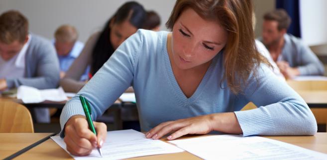 Tegoroczni maturzyści mają możliwość sfotografowania swoich arkuszy egzaminacyjnych. Z tej opcji nie można było skorzystać jeszcze rok temu, ale przepisy się zmieniły.