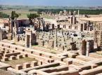 Persepolis - miasto w starożytnej Persji, założone przez Dariusza I w 518 p.n.e., rozbudowane przez Kserksesa i kolejnych władców z dynastii Achemenidów. Ruiny miasta znajdują się ok. 70 km na północ od Sziraz. Miasto w czasach Achemenidów pełniło funkcję jednej z czterech stolic imperium perskiego (obok Suzy, Ekbatany i Pasargadów) i służyło jako ceremonialna stolica państwa. Zamieszkiwano je tylko wiosną i jesienią (lato spędzano w Ekbatanie, a zimy w Suzie).