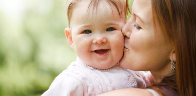 Wprowadzenie świadczenia rodzicielskiego, z którego mają korzystać bezrobotne, studiujące lub pracujące na umowach cywilnoprawnych matki, zapowiedziała w swoim expose premier Ewa Kopacz.