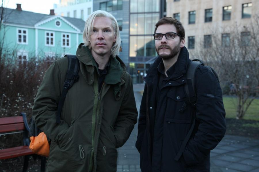 """Benedict Cumberbatch i Daniel Brühl w filmie """"The Fifth Estate"""""""
