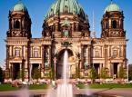Berlin – stolica Zjednoczonych Niemiec jest nie tylko jednym z najchętniej odwiedzanych miast w Europie, ale należy do grona najtańszych. W porównaniu do Londynu, czy Paryża, za zakwaterowanie w Berlinie zapłacisz zdecydowanie mniej. Do tego warto pamiętać, o licznych i naprawdę niedrogich atrakcjach turystycznych. Licznych muzeach, wystawach, koncertach, restauracjach, barach oraz klubach, aby zastanowić się nad odwiedzeniem jednego z najbardziej dynamicznych miast w Europie – Berlina.