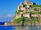 4. miejsce: Ischia - Wyspa na Morzu Tyrreńskim w Zatoce Neapolitańskiej, należy do archipelagu Wysp Flegrejskich. Jej urozmaicony krajobraz przyciąga licznych turystów. Nad panoramą wyspy góruje wulkan Epomeo. Wznosi się on na wysokość ośmiuset metrów nad poziomem morza.