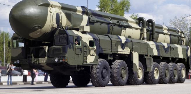 Putin podkreślił, że jako największe państwa posiadające broń jądrową Rosja i USA niosą szczególną odpowiedzialność za bezpieczeństwo międzynarodowe. Wyjaśnił, że rozmawiał z Trumpem o uregulowanie dialogu w sprawie stabilności strategicznej i nierozprzestrzeniania broni masowego rażenia.