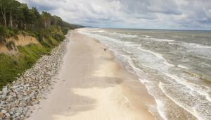 Czyste, piaszczyste plaże w gminie Rewal mają łączną długość 18 km, zaś w niektórych miejscach klif osiąga wysokość 20 metrów