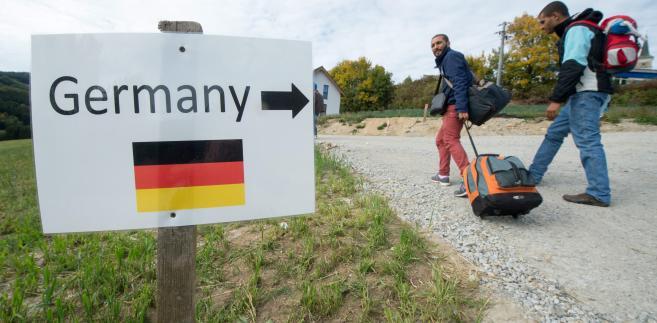 Znak wskazujący drogę imigrantom przy granicy austriacko-niemieckiej