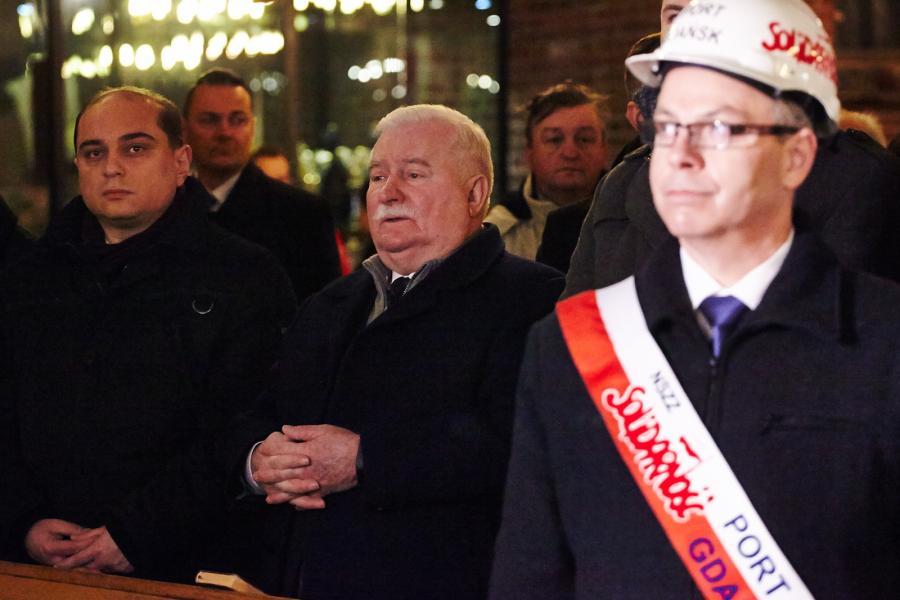 Dyrektor Europejskiego Centrum Solidarności Basil Kerski (L) i były prezydent Lech Wałęsa (C) podczas uroczystej mszy świętej w intencji ofiar Grudnia 1970