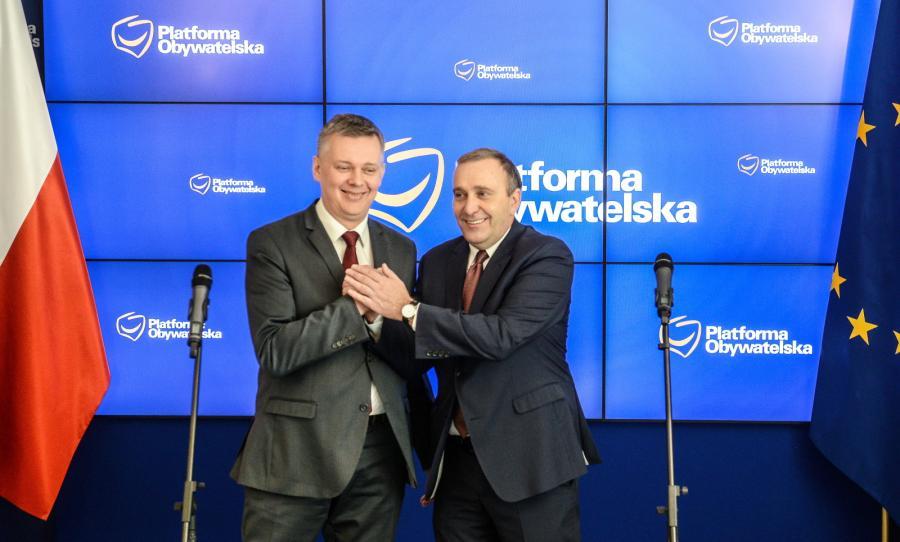 Warszawa, 31.12.2015. Tomasz Siemoniak (L) i Grzegorz Schetyna (P) podczas wspólnej konferencji prasowej