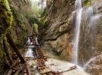 <strong>1. Słowacki Raj</strong> <br><br> Wąwozy w Słowackim Raju mają długość od 0,8 do 4,5 km. To właśnie nimi biegną najciekawsze szlaki tego krasowego płaskowyżu. Do pokonania niektórych odcinków często korzystać trzeba ze sztucznych ułatwień takich jak drabiny, mostki czy metalowe kładki.