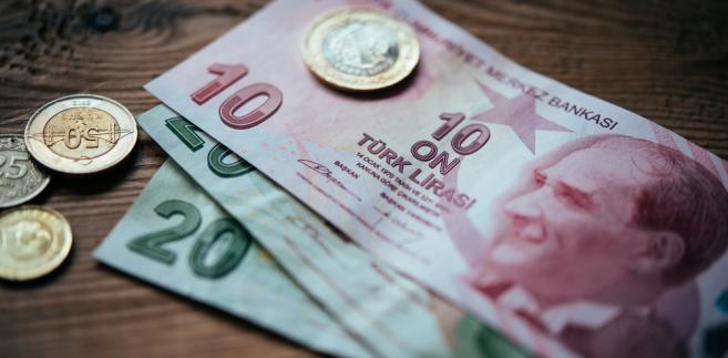 Kurs tureckiej waluty po tym komunikacie spadł poniżej 3 lir za dolara.
