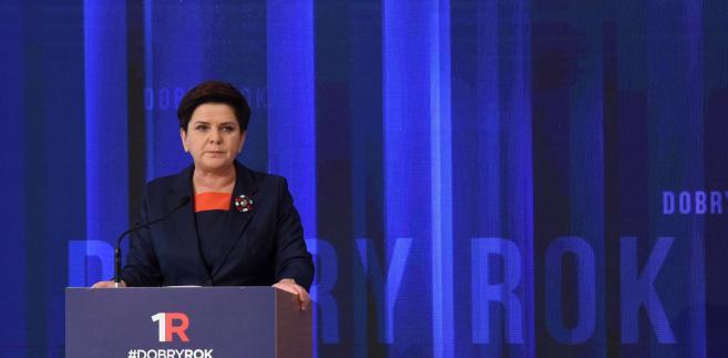 Premier Beata Szydło przedstawia sprawozdanie z pracy rządu w sali im. Anny Walentynowicz w KPRM.